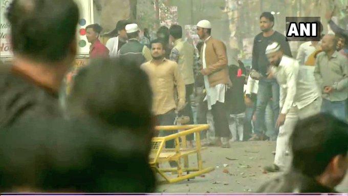 சிஏஏ திருத்த சட்டத்திற்கு எதிராக டெல்லி மஜிபூர் பகுதியில் இருபிரிவினரிடையே மோதல் – கற்களை வீசி தாக்குதல்