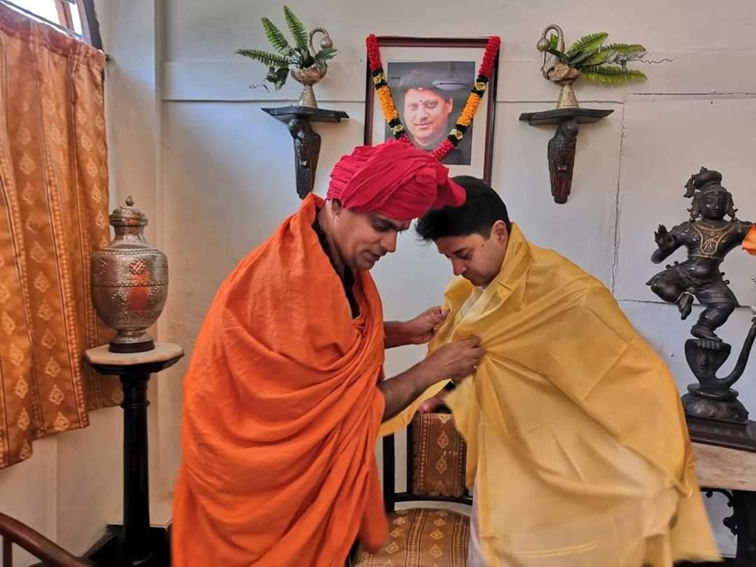 இந்து மகா சபா தேசிய தலைவர் சுவாமி சக்கரபாணிஜி மகராஜ் அவர்களை சந்தித்து ஆசி பெற்றார் ஜோதிர் ஆதித்ய சிந்தியா