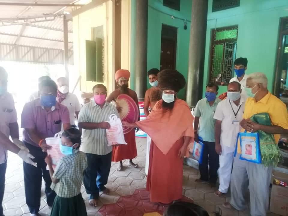550-மாணவ குடும்பத்தினர்களுக்கு கொரோனா உதவிப் பொருள்கள் வழங்கிய தருமபுரம் ஆதீனம்!
