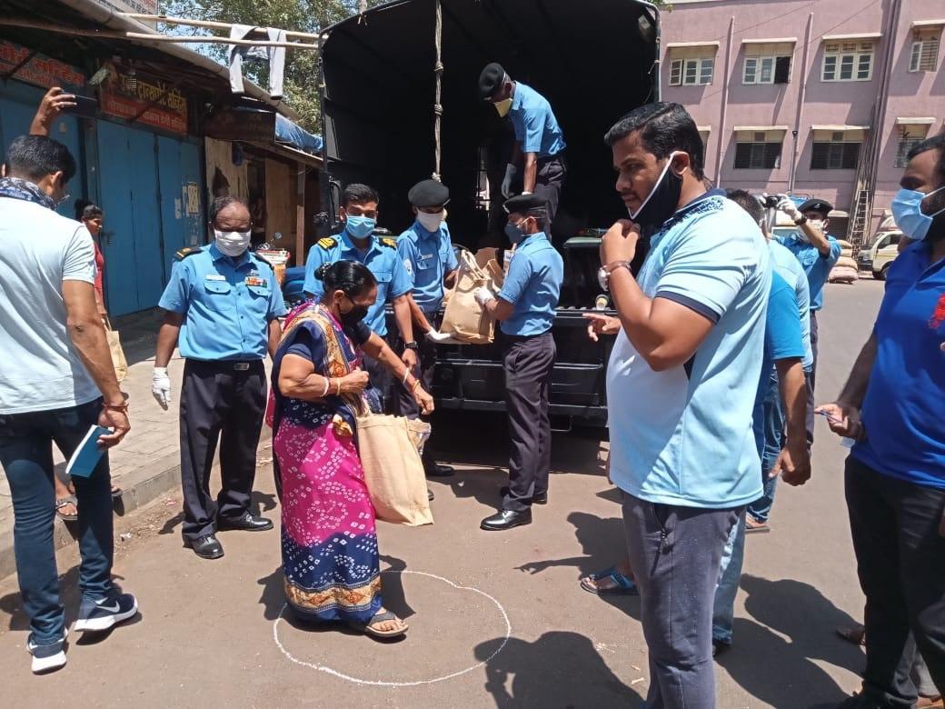 குடிபெயர்ந்த  அவதிப்படும் தொழிலாளர்களுக்கு ரேஷன் பொருட்கள் வழங்கிய இந்திய கடற்படை