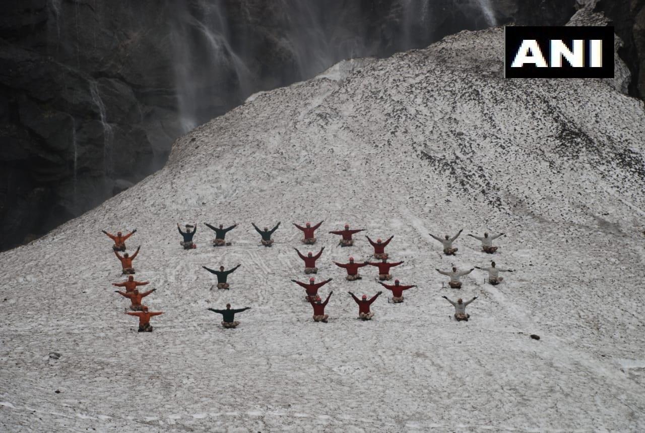 லடாக் – தீபெத் எல்லையில் உறைபனியில் 18 ஆயிரம் அடி உயரத்தில் யோகா செய்த இந்திய ராணுவ வீரர்கள்