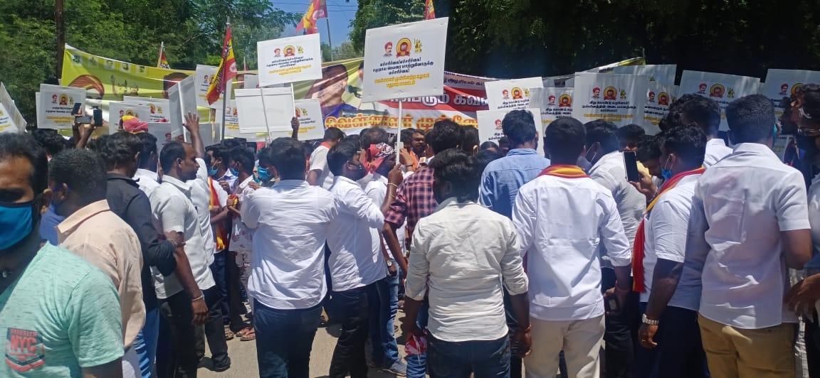 மதுரையில் வேளாளர் அமைப்பினர்  மாவட்ட ஆட்சியர் அலுவலகம் முன் ஆர்ப்பாட்டம்..!