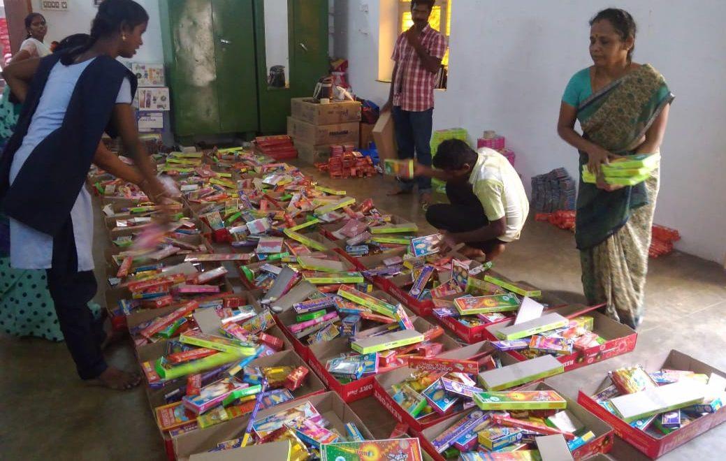 சிவகாசியில் பட்டாசு விற்பனை மந்தம் : கிப்ட் பாக்ஸ்கள் விற்பனை கடுமையாக சரிவு