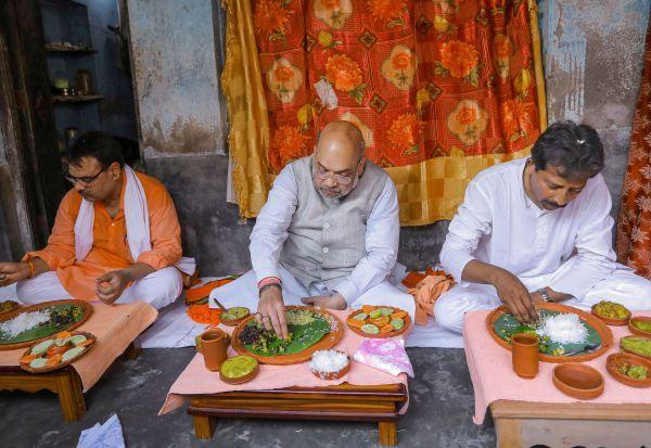 ரிக்ஷா தொழிலாளி வீட்டில் மதிய உணவு சாப்பிட்ட மத்திய உள்துறை அமைச்சர் அமித்ஷா