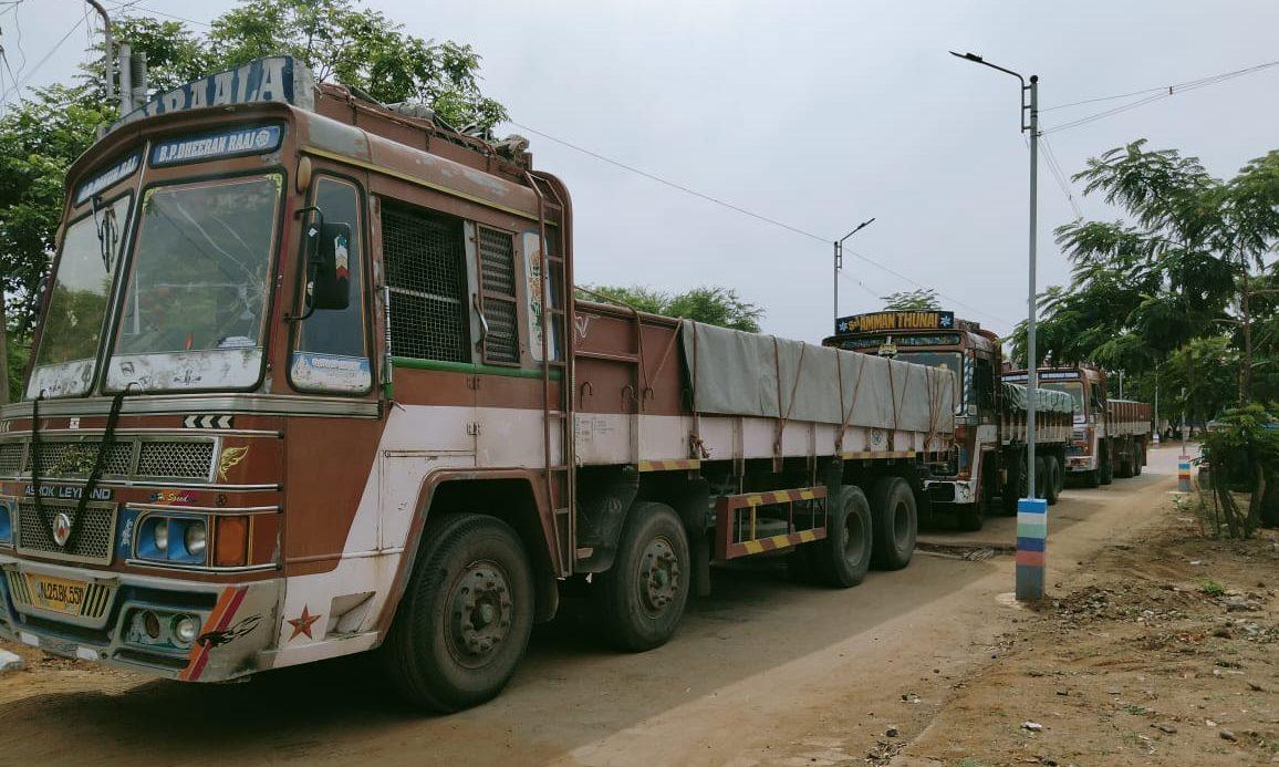 இராஜபாளையத்தில் இருந்து வெளி மாவட்டங்ளுக்கு மணல் கடத்தல் : 6 லாரிகள் பறிமுதல்