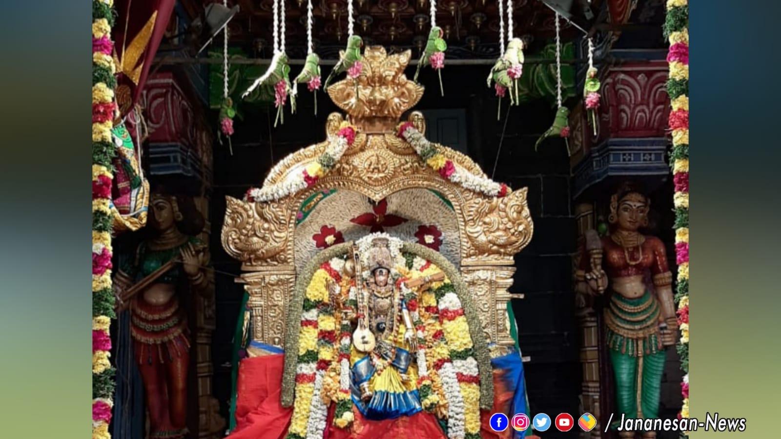 நவராத்திரி 5ம் நாளான இன்று மீனாட்சி அம்மன் சங்கீத சியாமளை  திருக்கோலத்தில் பக்தர்களுக்கு அருள்பலித்தார்